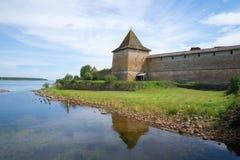 Vista do Sovereign& x27; torre de s da fortaleza de Oreshek Shlisselburg, região de Leninegrado fotografia de stock