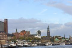 Vista do St Pauli Piers, uma das atrações turísticas principais de Hamburgo Hamburgo, Alemanha imagens de stock royalty free