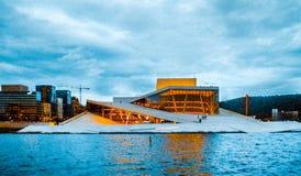 Vista do teatro da ópera de Oslo em Oslo, Noruega imagens de stock