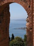 Vista do teatro grego em Taormina foto de stock