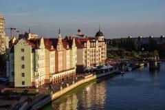 Vista do telhado ao rio da vila e do Peregolya dos pescadores de Kaliningrad foto de stock