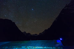 Vista do telhado do alojamento da montanha na noite com o céu estrelado no fundo Fotos de Stock