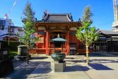 Vista do templo de Sensoji, igualmente conhecida como Asakusa Kannon O mais popular para turistas e ele ` s o templo o mais velho foto de stock royalty free