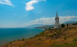 Vista do templo-farol de Nikolay Mirlikiy e da costa do distrito de Alushta Imagens de Stock Royalty Free