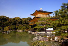 Vista do templo xintoísmo de Kinkaku-ji Imagens de Stock Royalty Free