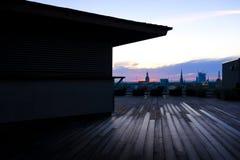 Vista do terraço do telhado na cidade velha de Riga foto de stock royalty free
