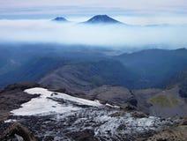 A vista do tolhuaca e do vulcão lonquimay repica da serra nevada no pimentão Fotos de Stock