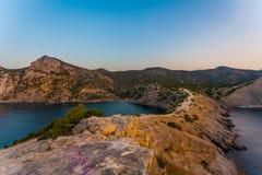 Vista do trajeto rochoso que pende sobre acima da baía do mar e que conduz ao moun Fotografia de Stock