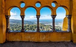 Vista do vale através da parede arqueada do palácio de Pena imagem de stock royalty free