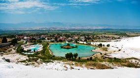 Vista do vale com a lagoa no pamukkale fotos de stock