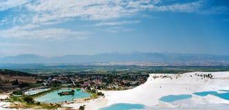 Vista do vale com a lagoa no pamukkale imagens de stock royalty free