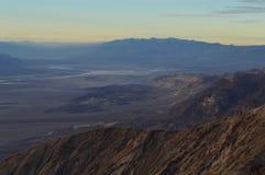 Vista do Vale da Morte da parte superior da opinião do ` s de Dante durante o por do sol da ação de graças Olhar dos planos de sa Imagem de Stock