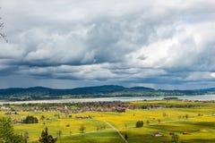 Vista do vale de Schwangau e da vizinhança de Forggensee do lago em Baviera imagens de stock royalty free
