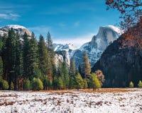 Vista do vale de Yosemite no inverno com meia abóbada - parque nacional de Yosemite, Califórnia, EUA fotografia de stock royalty free