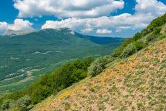 Vista do vale dos fantasmas ao maciço montanhoso de Chatyr-Dah perto do recurso de Alushta, península crimeana fotografia de stock
