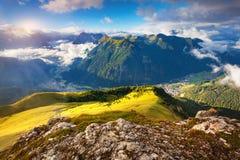 Vista do vale nevoento de Val di Fassa com passo Sella naturalizado foto de stock