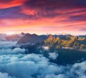 Vista do vale nevoento de Val di Fassa com passo Sella naturalizado imagem de stock royalty free