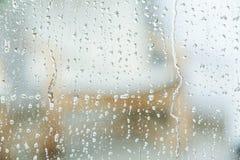 Vista do vidro com gotas da água imagens de stock