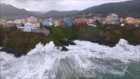 Vista do voo do zangão da vila de Cariño Um Coruña vídeos de arquivo