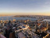 Vista dorata di tramonto alla città di Costantinopoli dalla torre di Galata fotografie stock