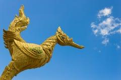 Vista dorata tailandese dell'angolo del cigno sul fondo del cielo blu Immagini Stock