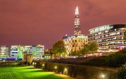 Vista dos arranha-céus da torre de Londres imagens de stock