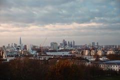 Vista dos arranha-céus de Londres e de rio Tamisa de um poin de vista fotografia de stock
