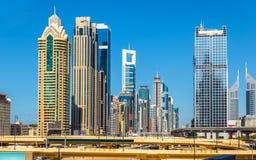 Vista dos arranha-céus em Dubai do centro imagens de stock