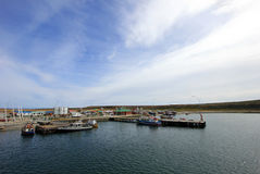 Vista dos barcos no porto de Porvenir, Tierra Del Fuego, o Chile fotos de stock royalty free