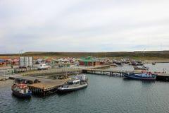 Vista dos barcos no porto de Porvenir, Tierra Del Fuego, o Chile imagem de stock