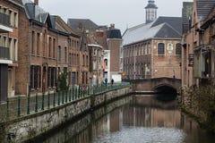 Vista dos canais e das ruas da cidade do senhor, Bélgica no dia chuvoso foto de stock royalty free