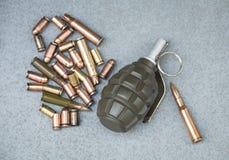Vista dos cartuchos e das escalas dos vários tipos de armas Foto de Stock Royalty Free