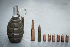 Vista dos cartuchos e das escalas dos vários tipos de armas Imagens de Stock Royalty Free