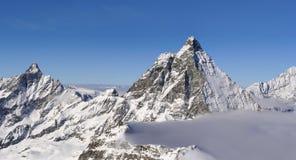 Vista dos cumes em Matterhorn no inverno no trajeto de caminhada imagem de stock