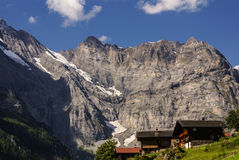 Vista dos cumes suíços: Vila bonita de Gimmelwald, interruptor central Fotografia de Stock Royalty Free