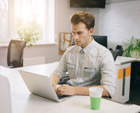 Vista dos homens de funcionamento no escritório Desenhista à moda no assento do trabalho Centrado sobre seu trabalho Imagem de Stock Royalty Free