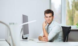 Vista dos homens de funcionamento no escritório Desenhista à moda no assento do trabalho Centrado sobre seu trabalho Fotografia de Stock