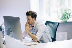 Vista dos homens de funcionamento no escritório Desenhista à moda no assento do trabalho Centrado sobre seu trabalho Fotos de Stock