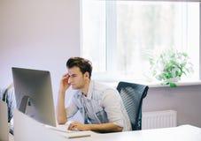 Vista dos homens de funcionamento no escritório Desenhista à moda no assento do trabalho Centrado sobre seu trabalho Fotos de Stock Royalty Free