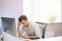 Vista dos homens de funcionamento no escritório Desenhista à moda no assento do trabalho Focalizado em seu homem de negócios do t Imagem de Stock