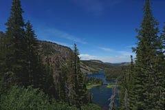 Vista dos lagos ao olhar para baixo da parte superior da montanha imagens de stock