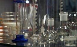 Vista dos mercadorias de vidro na indústria do laboratório ou do pharma fotografia de stock royalty free