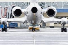 Vista dos motores e da cauda dos aviões quando empurre para trás no aeroporto Foto de Stock
