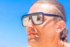 Vista dos pares da praia Pares novos felizes que encontram-se na areia sob o sol Fotos de Stock Royalty Free