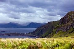 Vista dos penhascos do pássaro no oceano e das nuvens em Noruega em w foto de stock royalty free