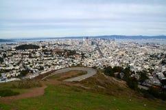 Vista dos picos gêmeos em San Francisco da área da baía Foto de Stock