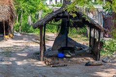 Vista dos precários com a cabana suja em Zanzibar, África fotografia de stock