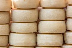 Vista dos queijos empilhados no mercado tradicional imagens de stock