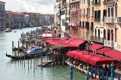 Vista dos restaurantes e das gôndola em Grand Canal em Veneza Fotografia de Stock Royalty Free