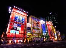 Vista dos sinais de néon e das propagandas do quadro de avisos no cubo da eletrônica de Akihabara no Tóquio, Japão fotografia de stock
